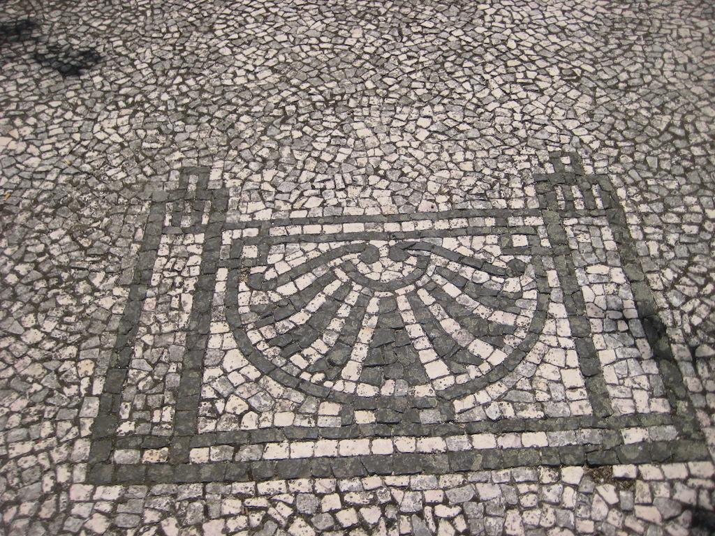 Los suelos adoquinados tan típicos de Portugal, que forman dibujos en las calles de todas las ciudades. © María Calvo.