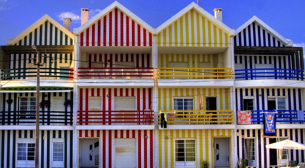 """Los """"palheiros"""" de la Costa Nova, encantar al viajero por su colorido y originalidad. © jfvillarroel."""