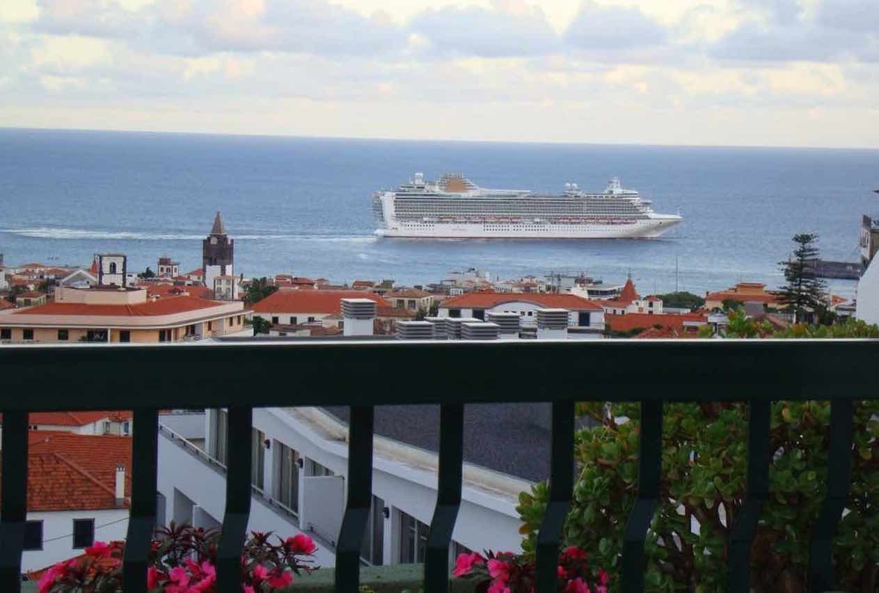 Crucero frente al puerto de Funchal, en Madeira.