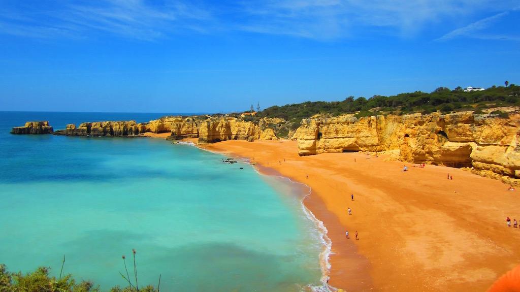 La costa del Algarve, más recortada entre Albufeira y Lagos nos regala rutas de senderismo y playas como esta. © María Calvo.