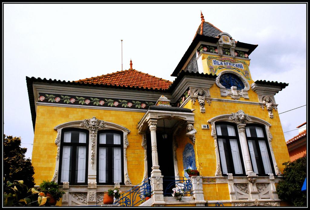 Un bello ejemplo de los numerosos edificios modernistas (Arte Nova) de la región de Aveiro. Este se encuentra en Ilhavo. © Ze Pinho.